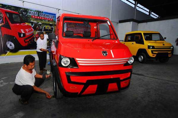 Pekerja membersihkan purwarupa kendaraan perdesaan, di Klaten, Jawa Tengah, Minggu (17/9). - ANTARA