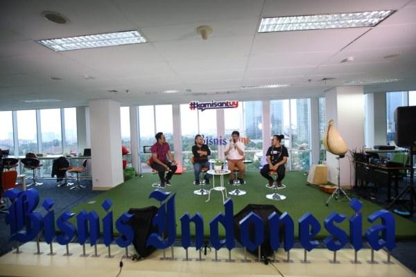 Content Manager Bisnis Indonesia Okta DB Hana (kiri) sedang memandu diskusi kamisantuy dengan tema Musik Etnis. Bintang tamu yang hadir adalah musisi etnis (dua dari kiri) Ivan Nestorman, Gilang Ramadhan dan Gazpar Araja yang konsisten menggaungkan musik daerah hingga kancah internasional - Bisnis/Arief Hermawan