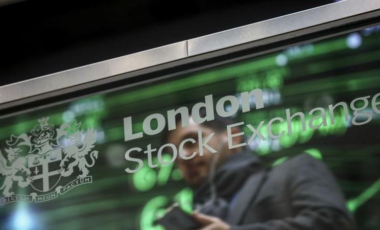 Bayangan karyawan tercermin dalam layar kaca yang menampilkan logo London Stock Exchange Group Plc di kantor mereka di London. - Simon Dawson / Bloomberg