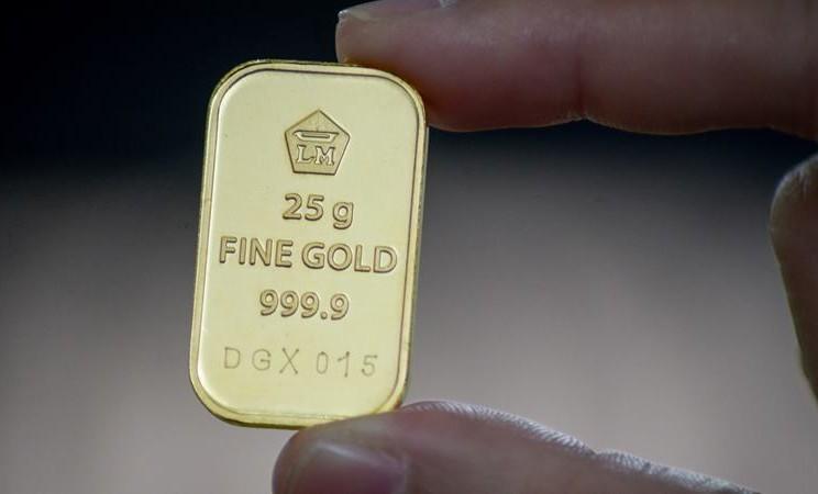 Warga menunjukkan emas batangan 25 gram sebelum dijual di Butik Emas Logam Mulia Antam, Bandung, Jawa Barat, Rabu (8/1/2020). - ANTARA / Raisan Al Farisi