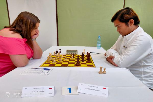 Novendra (kanan) sedang bertanding dengan Klaudia Kulon. - Istimewa