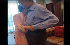 Mengharukan, Mahathir Dipeluk Erat Istri Saat Pelantikan Muhyiddin Yassin