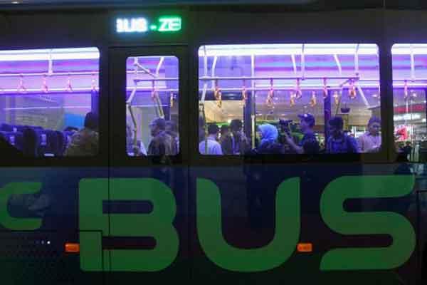 Pengunjung melihat-lihat bus listrik produksi PT Mobil Anak Bangsa (MAB) pada ajang Gaikindo Indonesia International Commercial Vehicle Expo (Giicomvec) 2018 di Jakarta, Sabtu (3/3/2018). MAB mendapatkan komitmen pembelian 200 unit dengan nilai diperkirakan mencapai Rp700 miliar. - Bisnis.com/Dwi Prasetya