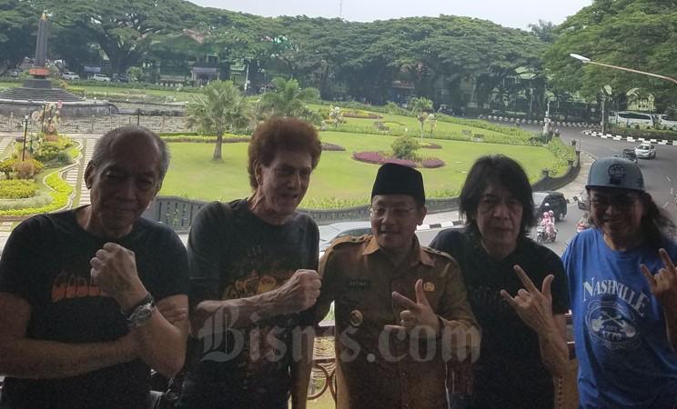 Wali Kota Malang Sutiaji (tengah) bersama personel Godbless Ahmad Albar (dua dari kiri), Donny Fatah (paling kiri), Ian Antono (dua dari kanan), dan Abadi Soesman (paling kanan) di Malang, Selasa (3/3/2020). - Bisnis/Choirul Anam