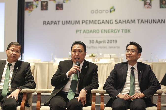 Presiden Direktur PT Adaro Energy Tbk Garibaldi Thohir (tengah) didampingi CFO Lie Luckman (kiri) dan Wakil Presiden Direktur Christian Ariano Rachmat (kanan) menjawab pertanyaan awak media seusai RUPST di Jakarta, Selasa (30/4/2019). - ANTARA/Dhemas Reviyanto
