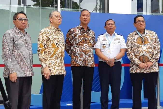 Menteri Perindustrian Agus Gumiwang Kartasasmita (tengah) didampingi sejumlah pejabat dan pemangku kepentingan menghadiri pembukaan pameran kendaraan komersial, Gaikindo Indonesia International Commercial Vehicle Expo (Giicomvec) 2020, di Jakarta, Kamis (5/3/2020) - Bisnis.com - Dionisio Damara.