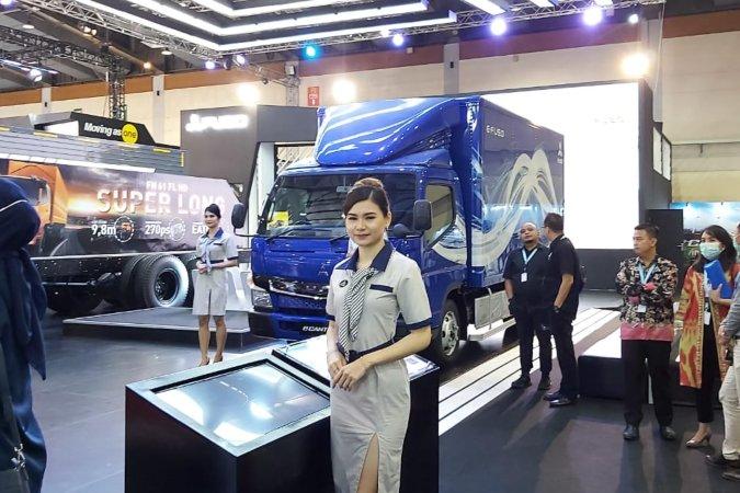 Model berfoto di depan salah satu produk yang dipamerkan dalam Gaikindo Indonesia International Commercial Vehicle Expo (Giicomvec) 2020 di Jakarta, Kamis (5/3/2020) - Bisnis.com / Setyo Aji Harjanto.
