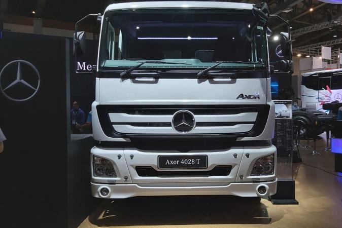 Salah satu produk PT Daimler Commercial Vehicles Indonesia yang dipajang di Gaikindo Indonesia International Commercial Vehicle Expo (Giicomvec) 2020 di Jakarta, Kamis (5/3/2020) - Bisnis.com/Setyo Aji Harjanto.
