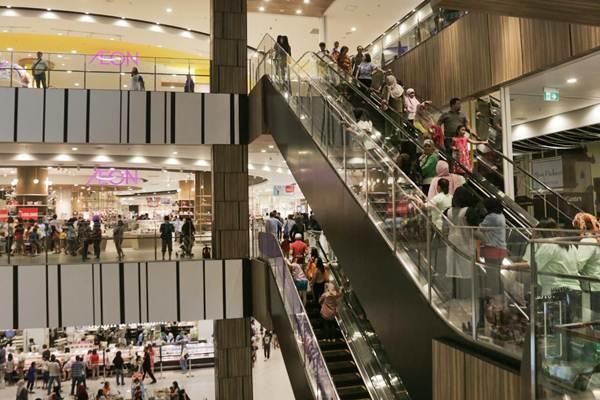 Pengunjung berbelanja di AEON MALL yang resmi dibuka, di Jakarta Garden City, Sabtu (30/9). - JIBI/Felix Jody Kinarwan