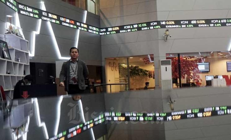 Pengunjung berada di sekitar grafik pergerakan Indeks Harga Saham Gabungan (IHSG) di galeri Bursa Efek Indonesia (BEI), Jakarta, Selasa (3/3/2020). Bisnis - Himawan L Nugraha