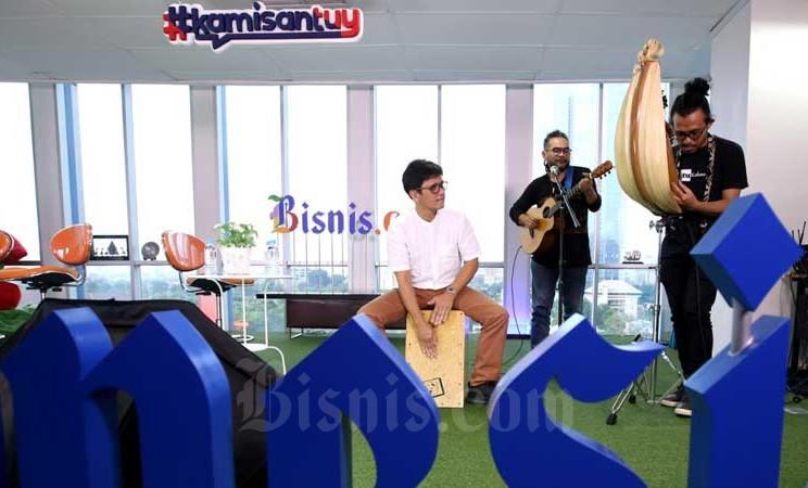 Musisi neotradisional Gilang Ramadhan (dari kiri), Ivan Nestorman, dan Gazpar Araja saat tampil dalam acara Kamisantuy di kantor redaksi Bisnis Indonesia, Jakarta, Kamis  (27/2/2020). Meski perjuangan musik daerah (etnis) untuk menembus pasar nasional terbilang berat, namun Gilang dan Nestroman secara konsisten tetap membawakan aliran musik dengan tradisi dan bahasa lokal itu melalui grup Nera, dan berharap musik etnis dikenal dengan skala yang lebih luas. Bisnis - Arief Hermawan P
