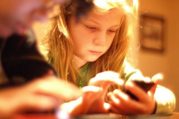 Ilustrasi anak kecil dengan smartphone - flickr