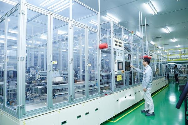 Seorang karyawan SK Innovation memeriksa sebuah mesin di dalam pabrik aki mobil listrik perusahaan di Seosan, Provinsi Chungcheong Selatan. (SK Innovation)