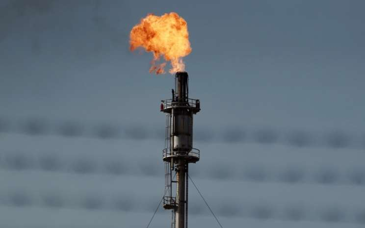 Api menguar dari pipa di kilang minyak di Kalimantan, Indonesia. - Bloomberg/Dimas Ardian