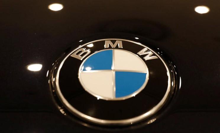 Logo BMW di New York Auto Show 2018. - Reuters/Shannon Stapleton