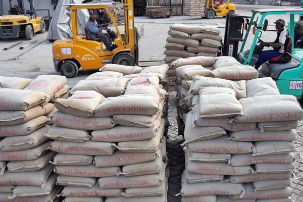 Pekerja melakukan aktivitas bongkar muat semen di Pelabuhan Sunda Kelapa, Jakarta, Senin (4/9). - JIBI/Felix Jody Kinarwan