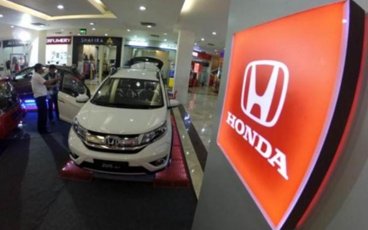 Pengunjung memerhatikan mobil Honda BR-V yang dipamerkan di pusat perbelanjaan di Bandung, Jawa Barat, Selasa (26 Januari 2016) - Bisnis/Rachman.