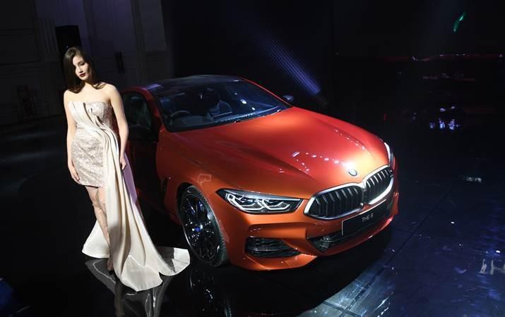 Model berpose dalam acara Exclusive Preview All-New BMW M850i Coupe di Jakarta, Jumat (17/5/2019). - ANTARA/Akbar Nugroho Gumay