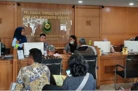 Saat Pengunjung di Pengadilan Negeri Jaksel Jaga Jarak