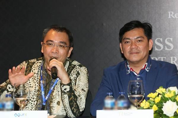Direktur Utama PT Bursa Berjangka Jakarta Stephanus Paulus Lumintang (kiri). - JIBI/Dedi Gunawan