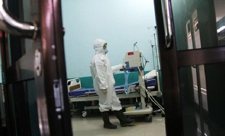 Seorang petugas mempersiapkan peralatan untuk tindakan medis pasien terinfeksi virus corono Wuhan di ruang isolasi instalasi paru Rumah Sakit Umum Daerah (RSUD) Dumai di Kota Dumai, belum lama ini. - Antara/Aswaddy Hamid