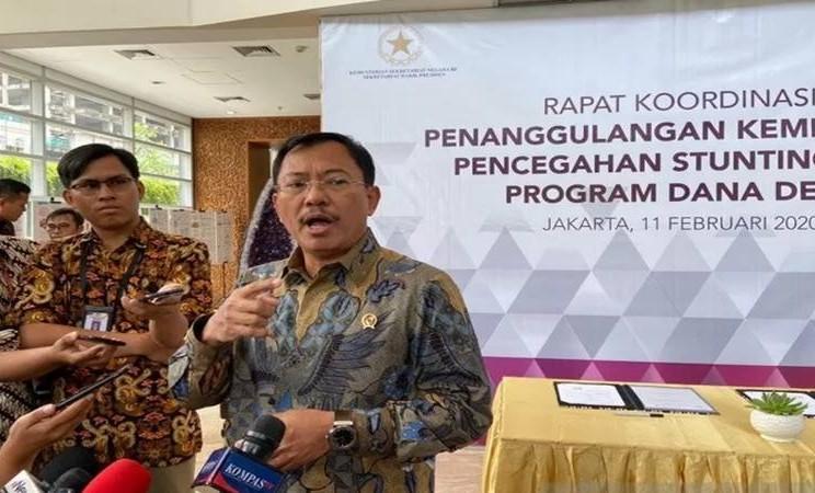Menteri Kesehatan Terawan Agus Putranto usai mengikuti rapat koordinasi Tim Nasional Percepatan Penanggulangan Kemiskinan (TNP2K) di Gedung Grand Kebon Sirih Jakarta, Selasa (11/2/2020). - Antara