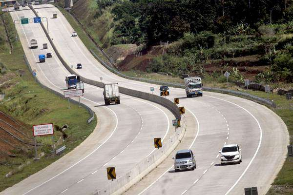 Kendaraan melintas di jalan tol Bogor, Ciawi, Sukabumi (Bocimi) seksi I yang telah beroperasi di Ciawi, Bogor, Jawa Barat, Kamis (3/1/2019). - ANTARA/Yulius Satria Wijaya