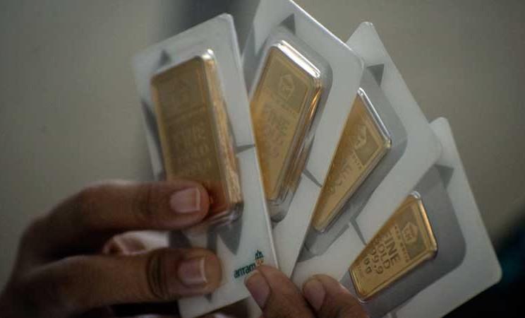 Karyawan menunjukkan imitasi emas batangan Antam di Butik Emas, Jakarta, Selasa (3/3/2020). Harga emas batangan Antam mengalami kenaikan Rp5.000 per gram menjadi Rp815 ribu per gram pada Selasa (3/3) mengikuti ekspektasi pemangkasan suku bunga acuan Amerika Serikat (AS) untuk mengatasi dampak virus corona. ANTARA FOTO - Aprillio Akba