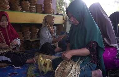 Rini, Anak Petani Sawit yang Sukses Memanfaatkan Limbah Sawit Menjadi Piring Anyaman