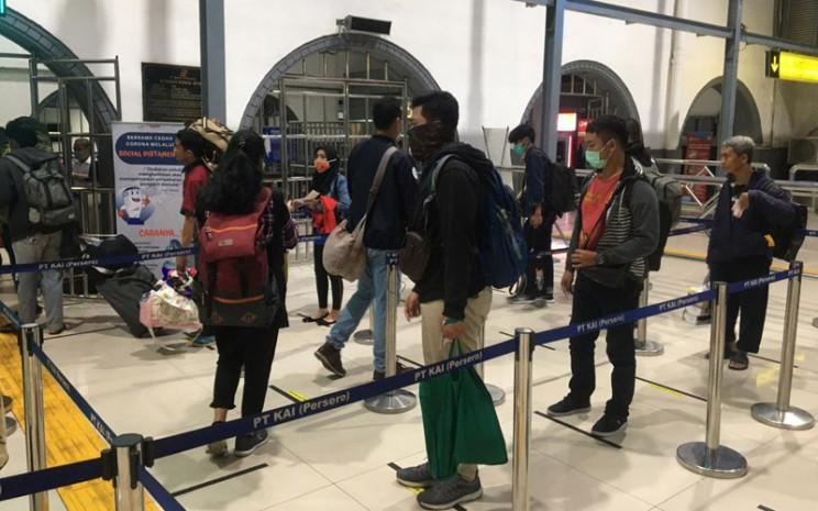 Implementasi social distancing bagi calon penumpang di Stasiun Pasar Senen. - Dok. Istimewa