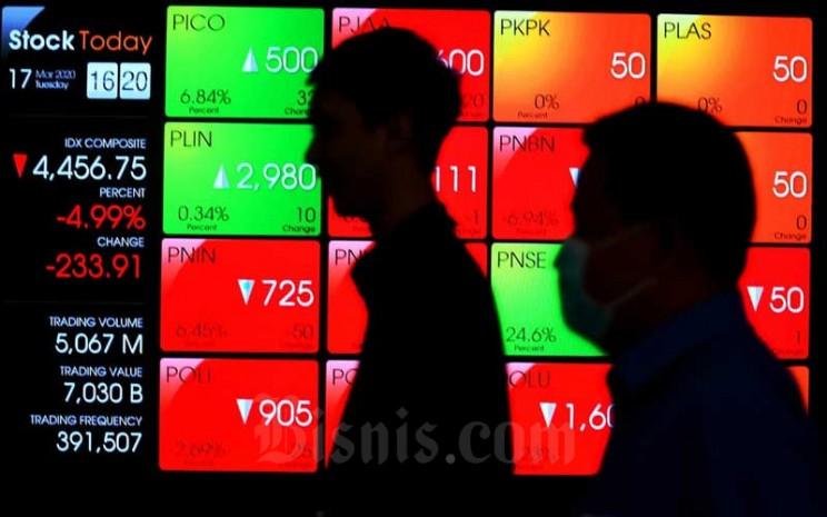 Pengunjung melintas di dekat papan elektornik yang menampilkan pergerakan Indeks Harga Saham Gabungan (IHSG) di Bursa Efek Indonesia di Jakarta, Selasa (17/3/2020). Pada perdagangan Selasa (17/3), IHSG tertekan di zona merah dan sempat mengalami trading halt menjelang akhir perdagangan. Berdasarkan data Bloomberg, pergerakan Indeks Harga Saham Gabungan (IHSG) ditutup melemah 4,99 persen atau 233,91 poin ke level 4456,75. Ini merupakan level terendah IHSG sejak Januari 2016. Bisnis - Abdurachman