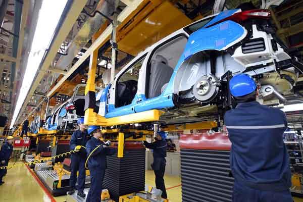 Pekerja merakit kendaraan di pabrik Changan Ford, perusahaan patungan antara Changan Automobile dan Ford Motor Company, di Harbin, provinsi Heilongjiang, China 22 Februari 2017. Foto diambil 22 Februari 2017.  - REUTERS
