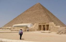 Piramida Mesir Disemprot Disinfektan untuk Hentikan Penyebaran Virus Corona