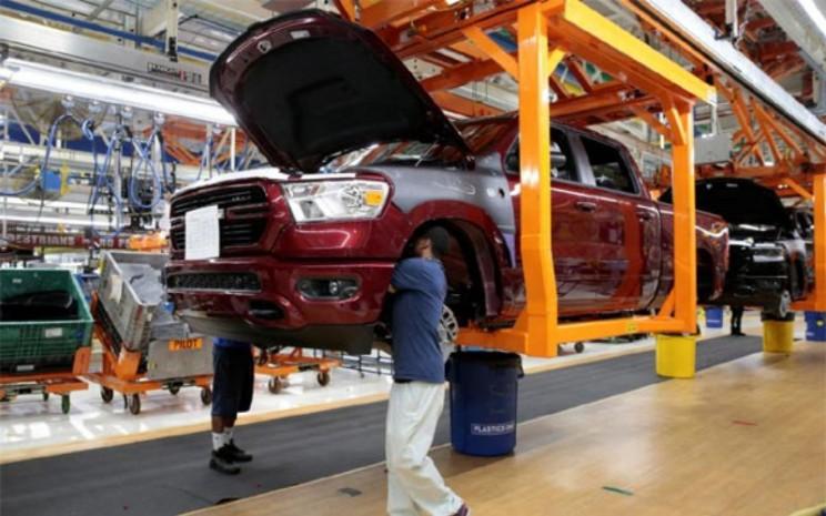 Pekerja perakitan mobil Fiat Chrysler membangun 2019 truk pickup Ram di 'Vertical Adjusting Carriers' di Pabrik Perakitan FCA Sterling Heights di Sterling Heights, Michigan, AS, 22 Oktober 2018 - Reuters/Rebecca Cook.