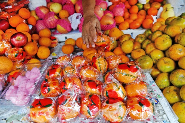 Pedagang menata jeruk impor yang dijual di kawasan Glodok, Jakarta Barat, Senin (27/1/2020). - ANTARA FOTO/Sigid Kurniawan