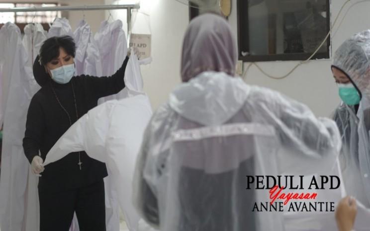 Desainer Anne Avantie tengah mempersiapkan baju hazmat -