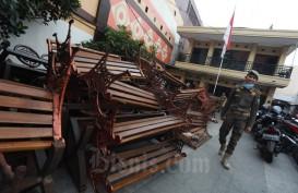 Cegah Kerumunan saat Pandemi Corona, Kursi Taman di Alun-Alun Bandung Dibongkar