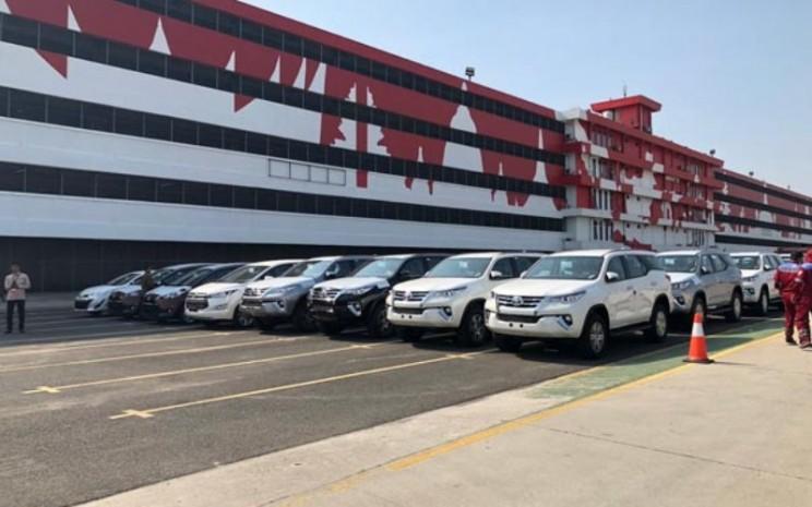 Deretan mobil Toyota siap dikapalkan di pelabuhan di Tanjung Priok Car Terminal - TMMIN
