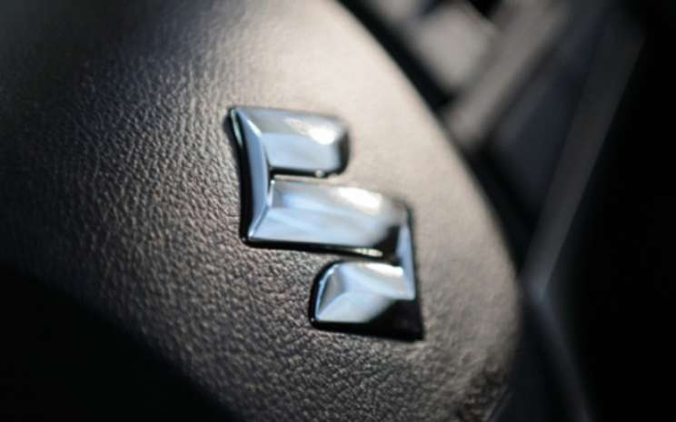 Logo Suzuki pada kemudi mobil - Bloomberg.