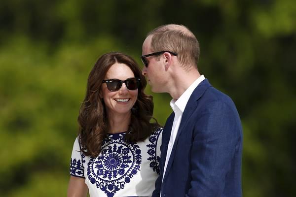 Kate Middleton dan Pangeran William di monumen Taj Mahal, India - Reuters