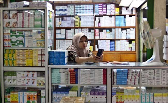 Pedagang obat melayani pembeli di Pasar Pramuka, Jakarta, Selasa (11/02/2020). Bisnis - Eusebio Chrysnamurti