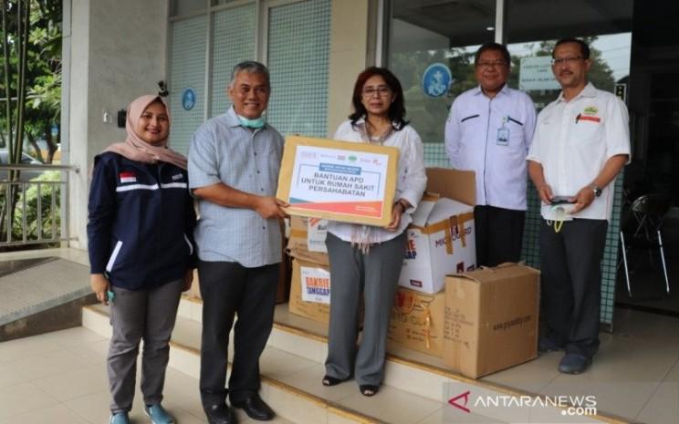 Pemberian set lengkap APD dari Bakrie Group untuk tim medis RSUP Persahabatan di Jakarta, Kamis (26/3/2020)./ ANTARA - Dokumentasi Bakrie Amanah.\\n