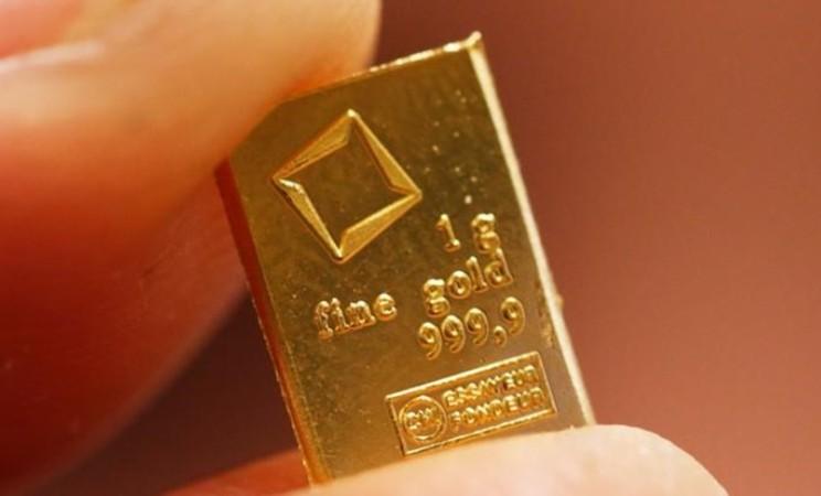 Ilustrasi emas batangan. - Reuters/Michael Buholzer