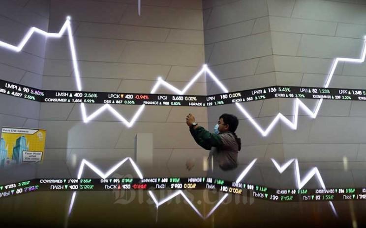 Pengunjung memotret papan elektronik yang menampilkan pergerakan Indeks Harga Saham Gabungan (IHSG) di Bursa Efek Indonesia, Jakarta, Selasa (31/3/2020). Bisnis - Eusebio Chrysnamurti