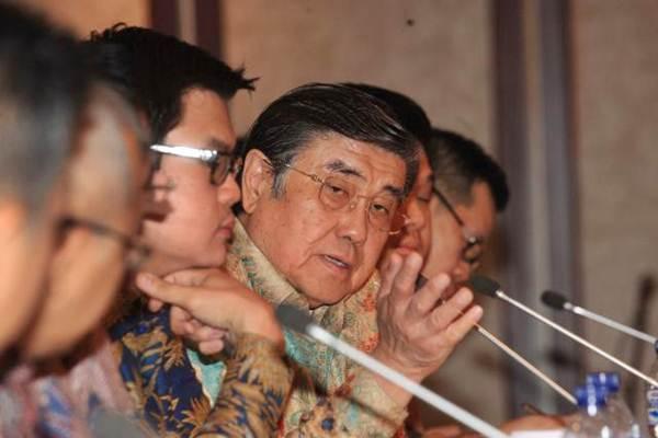 Presiden Direktur PT Indopoly Swakarsa Industry Tbk Henry Halim didampingi direksi lainnya memberikan penjelasan mengenai kinerja perusahaan seusai rapat umum pemegang saham di Jakarta, Rabu (7/6). - JIBI/Dedi Gunawan