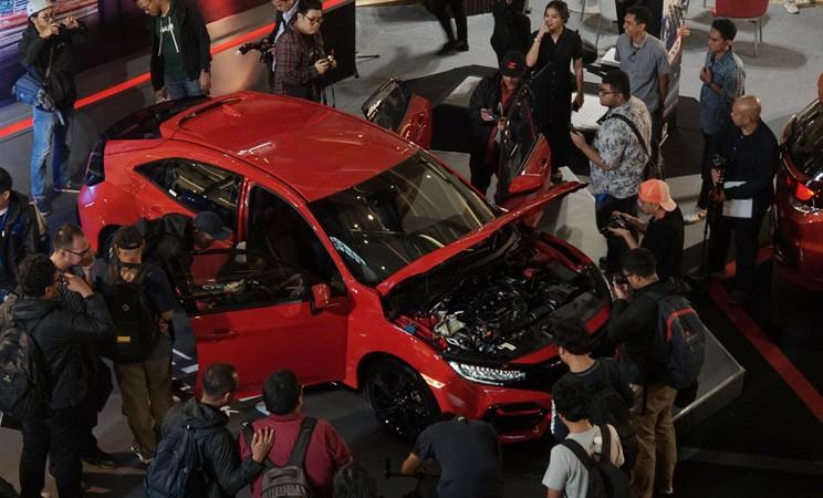 Pengunjung menyaksikan produk terbaru New Honda Civic Hatcback RS di Jakarta, Kamis (6/2/2020). PT Honda Prospect Motor (HPM) memperkenalkan model terbaru dari Honda Civic Hatcback yang mengusung emblem RS dengan berbagai perubahan di bagian eksterior dan interior. Mobil tersebut dibanderol dengan harga Rp499.000.000 dan tersedia dalam lima varian warna. - Bisnis/Himawan L Nugraha