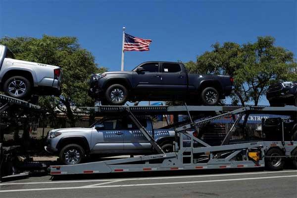 Truk Toyota tampak mengangkut mobil setelah tiba di Amerika Serikat di National City, California. / REUTERS