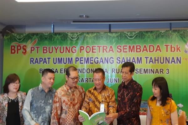 Presiden Direktur Buyung Poetra Sembada Sukarto Bujung (kedua dari kanan) dalam public expose pada Senin (17/6/2019). - Bisnis/Azizah Nur Alfi