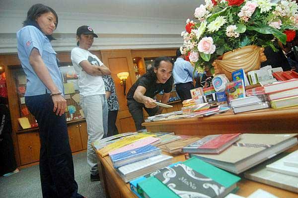 Personel grup band Slank, Kaka (tengah) dan Bimbim (kedua kiri) meninjau pabrik kertas Asia Pulp & Paper (APP) Sinar Mas, Tjiwi Kimia, di Mojokerto, Jawa Timur, Senin (18/9). Tur pabrik ini untuk mengenal proses produksi kertas setelah menggelar konser musik bertajuk Silaturahmi Kebangsaan di Mojokerto. - ANTARA/Syaiful Arif