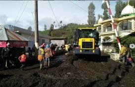 Lumpur Akibat Banjir di Ranupani Lumajang Dibersihkan